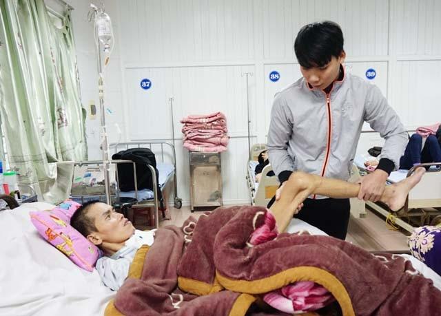 Chị dâu sinh cháu, anh trai gặp nạn, bố mẹ già yếu, Vũ Đức Diện phải bỏ công việc, theo vào viện, nuôi hi vọng chữa trị, giúp anh trai phục hồi sức khỏe.