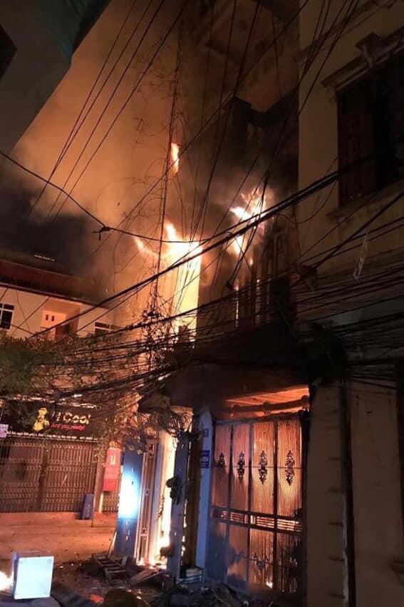 Đám cháy bùng phát lúc rạng sáng tại ngôi nhà số 71 trên phố Pháo Đài Láng (Ảnh: Sam Sam).