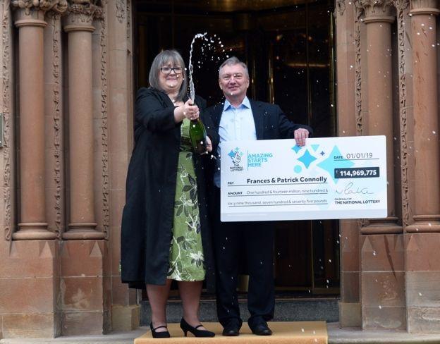 Ngay sau khi trúng giải, cặp đôi đã lên danh sách 50 người để chia khoản tiền thưởng (Ảnh: BBC)