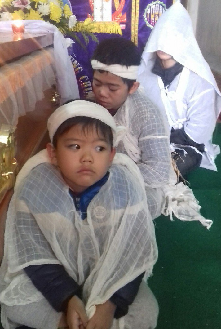 Xót lòng cảnh 3 đứa trẻ phải nghỉ học, khóc ngất bên nấm mồ của mẹ - Ảnh 4.
