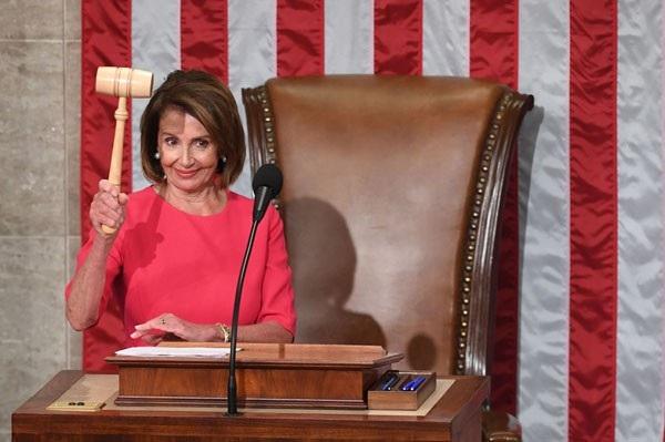 Tân Chủ tịch Hạ viện Mỹ Nancy Pelosi gõ búa trong phiên khai mạc của kỳ họp quốc hội Mỹ khóa 116 ở Washington ngày 3/1. Bà Pelosi đã trở thành người đứng đầu của một hạ viện đa dạng nhất trong lịch sử của cơ quan này. Ngoài 102 phụ nữ, Hạ viện Mỹ năm nay còn ghi nhận con số kỷ lục 43 phụ nữ da màu, đồng thời đón nhận những gương mặt mới như nữ nghị sĩ Hồi giáo đầu tiên hay nữ nghị sĩ gốc Mỹ bản địa đầu tiên. (Ảnh: AFP)