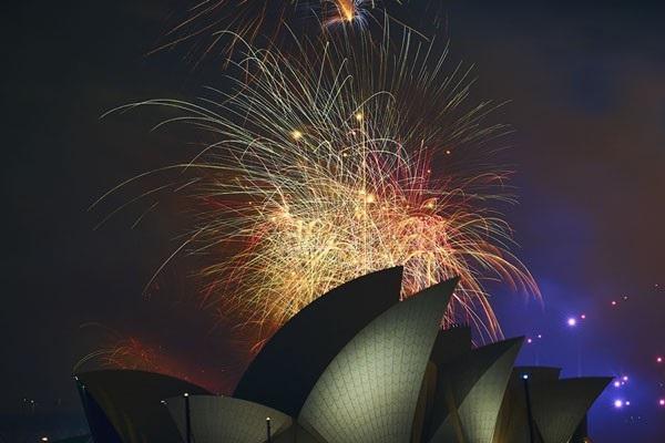 Pháo hoa bừng sáng trên cầu cảng Sydney và nhà hát Opera Sydney trong lễ đón năm mới tại Sydney, Australia hôm 31/12. (Ảnh: Getty)