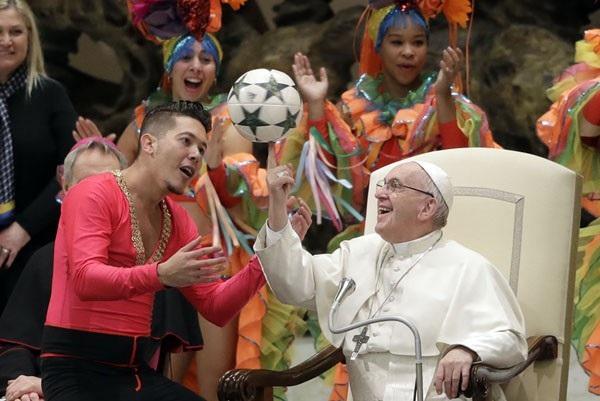 Giáo hoàng Francis dùng ngón tay xoay quả bóng do một thành viên của rạp xiếc Cuba tặng trong buổi gặp mặt hàng tuần tại Vatican hôm 2/1. (Ảnh: AP)
