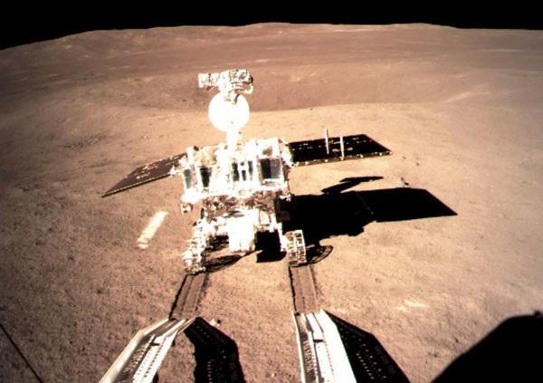 Bức ảnh được chụp vào ngày 3/1 và gửi về Cục Quản lý Vũ trụ Quốc gia Trung Quốc ngày 4/1, ghi lại khoảnh khắc tàu thăm dò Hằng Nga 4 đáp thành công xuống vùng tối của Mặt Trăng. Sự kiện này thể hiện tham vọng của Trung Quốc trong việc trở thành cường quốc về khoa học vũ trụ. (Ảnh: AFP)