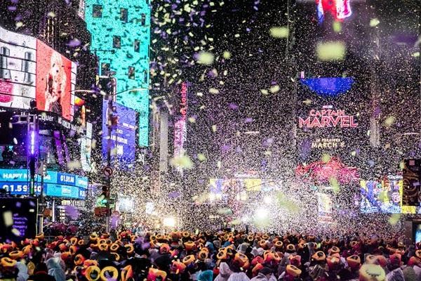 Người dân Mỹ và du khách tập trung tại Quảng trường Thời đại ở New York để tham dự lễ đếm ngược và chào đón năm mới 2019. (Ảnh: Reuters)