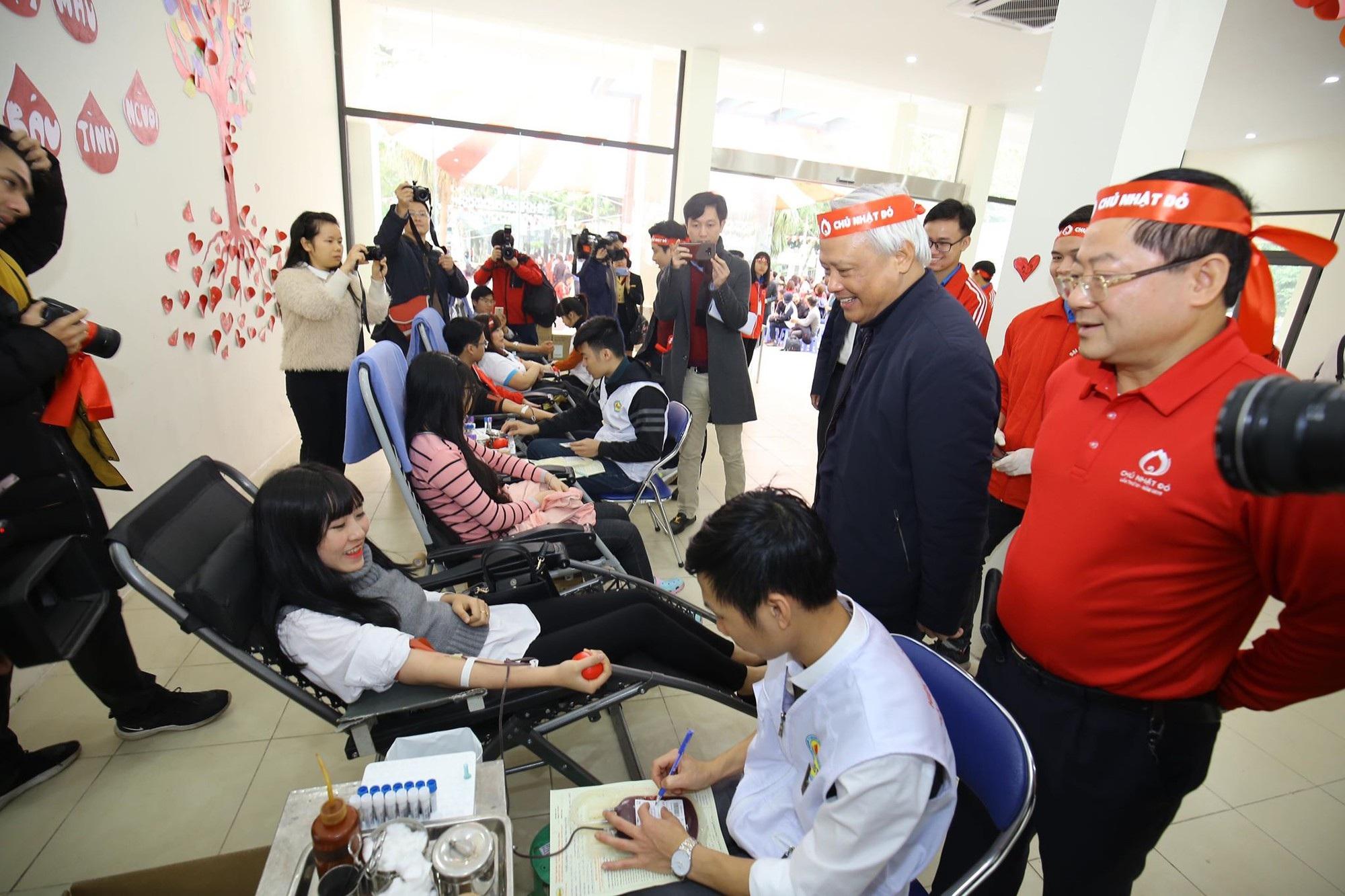 Hoa hậu Trần Tiểu Vy, cầu thủ Đình Trọng, Văn Quyết kêu gọi hiến máu tình nguyện - Ảnh 6.