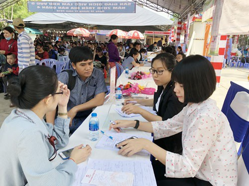 Sinh viên tìm kiếm việc làm tại sàn giao dịch việc làm do Trung tâm Dịch vụ việc làmTP HCM tổ chức. Ảnh: Nguyên Khôi