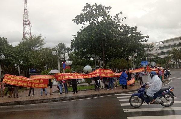 Dân Nha Trang đội mưa đi căng băng rôn đòi nhà
