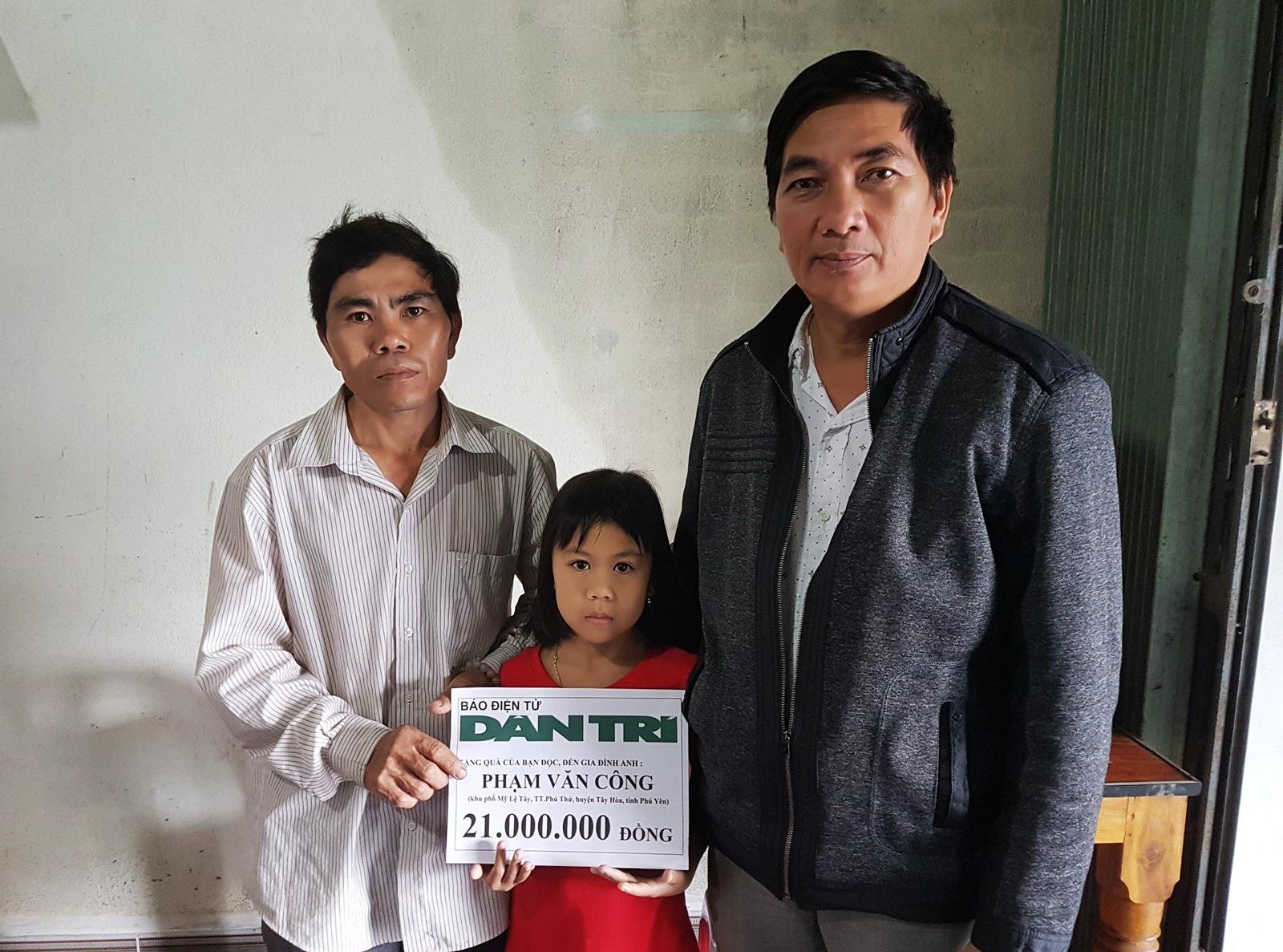 Gia đình anh Phạm Văn Công lần thứ 3 nhận quà từ bạn đọc Dân trí - Ảnh 1.