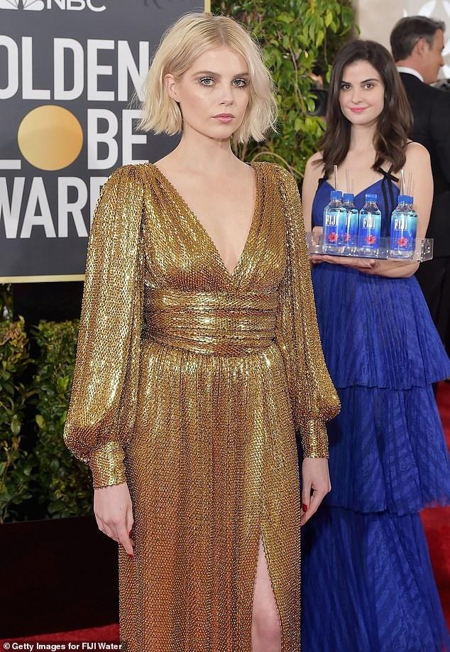 Ở một số khuôn hình, người ta tưởng như Kelleth là một khách mời tới dự lễ trao giải nếu không để ý tới... khay nước trên tay cô. Trong ảnh là nữ diễn viên Lucy Boynton bên người mẫu Kelleth.