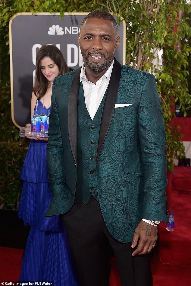Kelleth ở hậu cảnh bức ảnh chụp nam diễn viên Idris Elba.