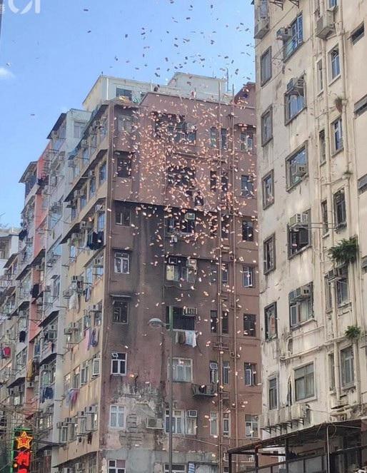 Lái siêu xe rải tiền trên phố: 300 tỷ đồng rơi như lá vàng, dân tranh nhau - 2