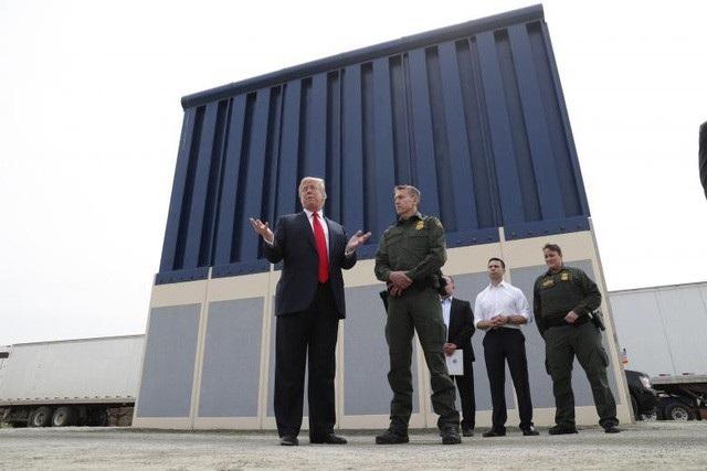 Tổng thống Trump đích thân tới kiểm tra các mẫu tường ngăn biên giới Mỹ - Mexico ở bang California hồi tháng 3/2018. (Ảnh: Reuters)