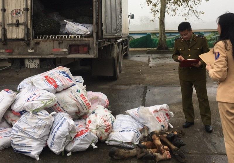 Xe tải chở gần 1 tấn chân trâu bò hôi thối đi TP. Hồ Chí Minh tiêu thụ - Ảnh 2.