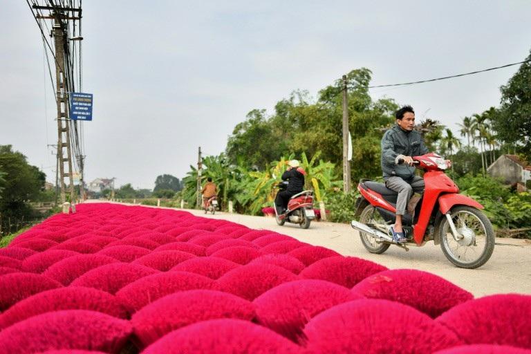 Báo Pháp viết về làng sản xuất hương của Việt Nam - Ảnh 2.
