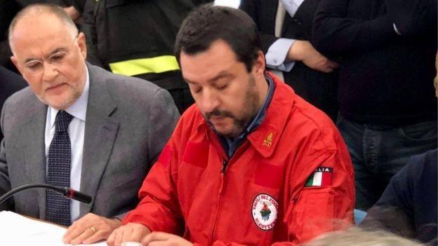 Theo BBC, mặc áo có huy hiệu của lực lượng an ninh và hành pháp Italy đã trở thành thương hiệu của ông Matteo Salvini (Ảnh: Facebook)