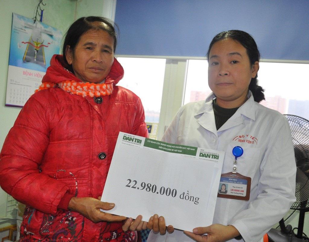 Người mẹ bị tường đổ vào người tiếp tục nhận hơn 22 triệu đồng qua Quỹ Nhân ái - Ảnh 1.
