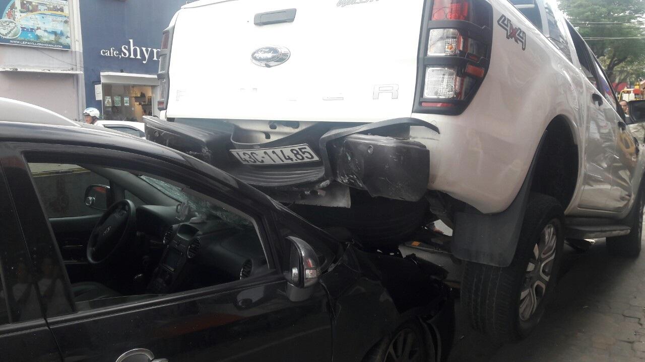 Xe bán tải lùi nhanh cán 2 xe máy, đè đầu một ô tô - Ảnh 4.