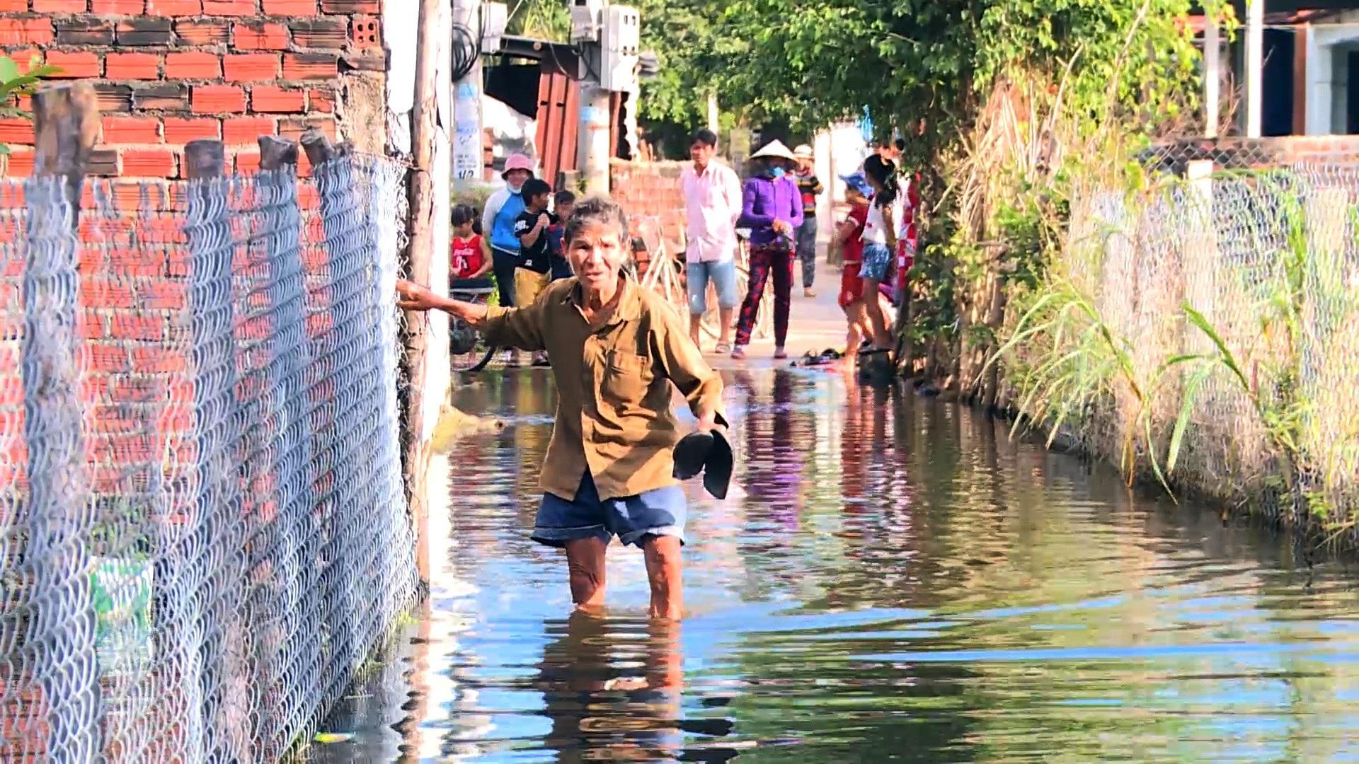 Gần 3 tháng, 40 hộ dân bị nhấn chìm trong lụt lội, ô nhiễm! - Ảnh 4.