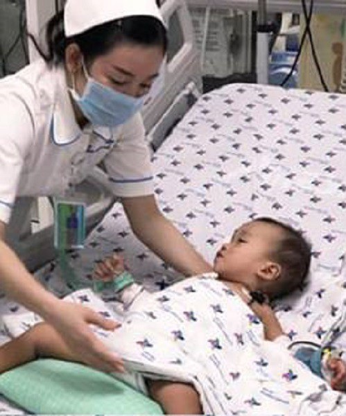 Uống nhầm thuốc trừ sâu, bé 2 tuổi suýt chết - Ảnh 1.