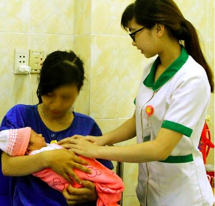 Hi hữu thai phụ nhập viện trong tình trạng thai nhi ngôi ngược lọt nửa người ra ngoài - Ảnh 1.