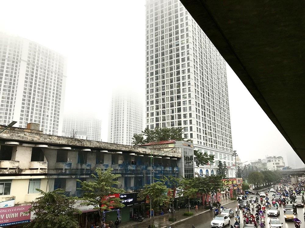 Nhà cao tầng ở Hà Nội chìm trong mây mù - Ảnh 10.
