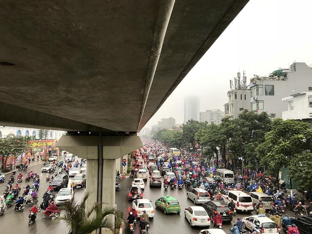 Nhà cao tầng ở Hà Nội chìm trong mây mù - Ảnh 11.