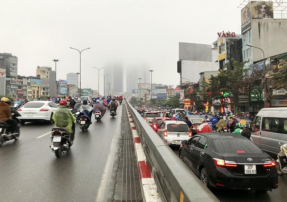 Nhà cao tầng ở Hà Nội chìm trong mây mù - Ảnh 12.