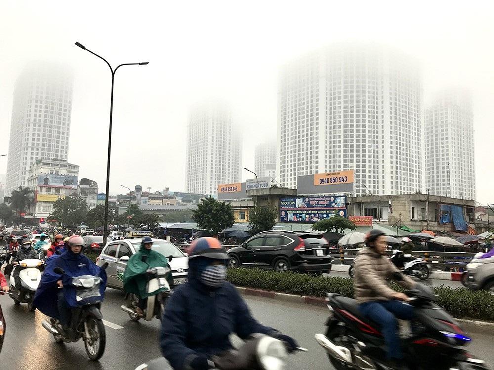 Nhà cao tầng ở Hà Nội chìm trong mây mù - Ảnh 13.