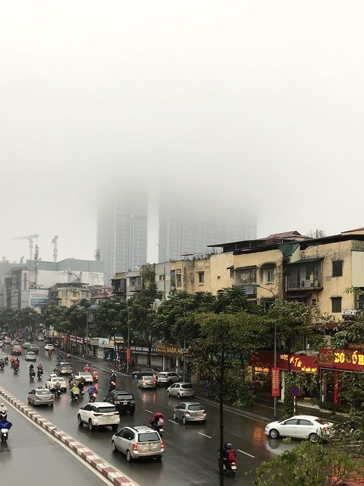 Nhà cao tầng ở Hà Nội chìm trong mây mù - Ảnh 3.