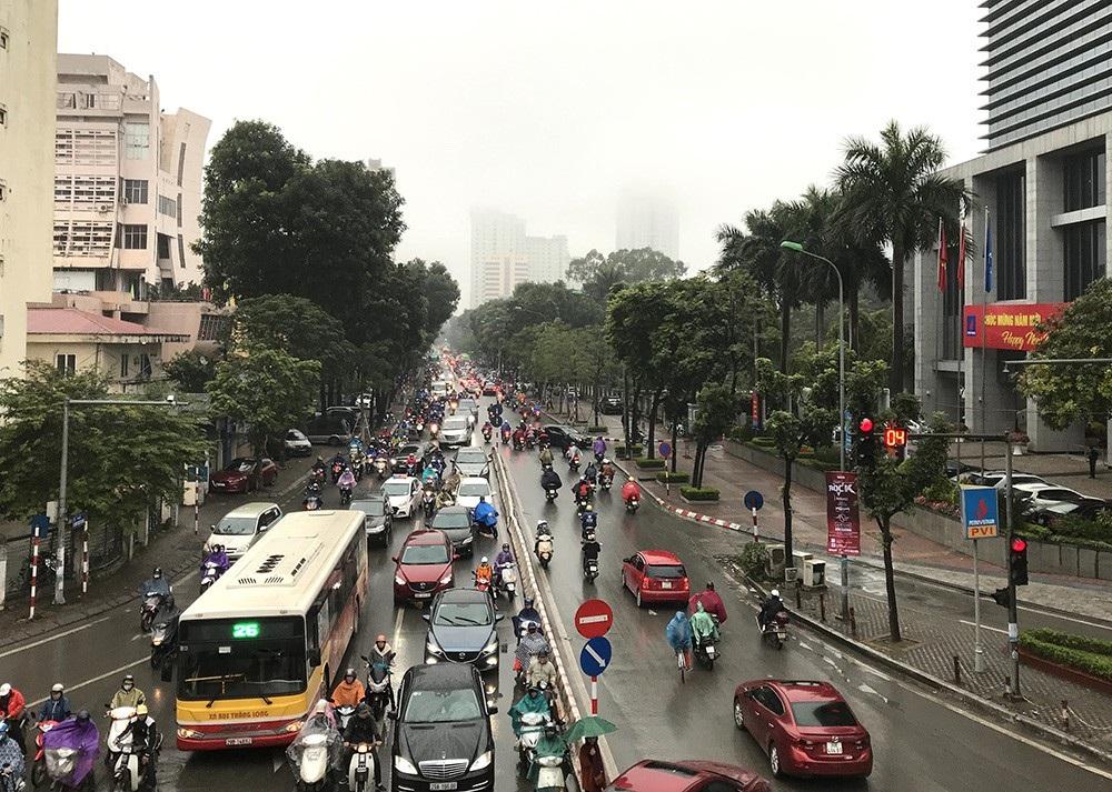 Nhà cao tầng ở Hà Nội chìm trong mây mù - Ảnh 4.
