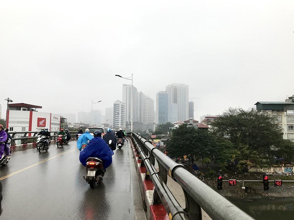 Nhà cao tầng ở Hà Nội chìm trong mây mù - Ảnh 5.