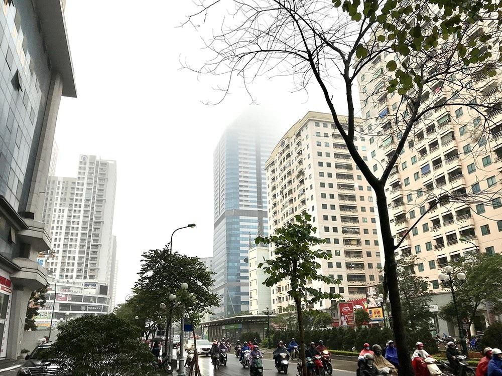 Nhà cao tầng ở Hà Nội chìm trong mây mù - Ảnh 7.
