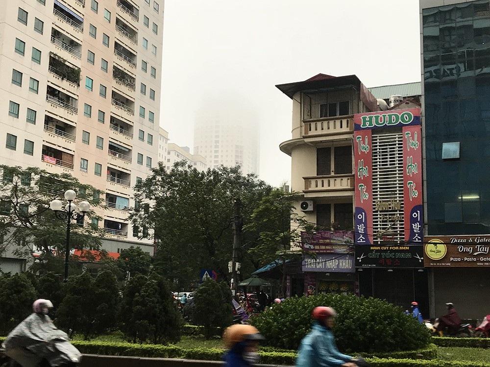 Nhà cao tầng ở Hà Nội chìm trong mây mù - Ảnh 8.