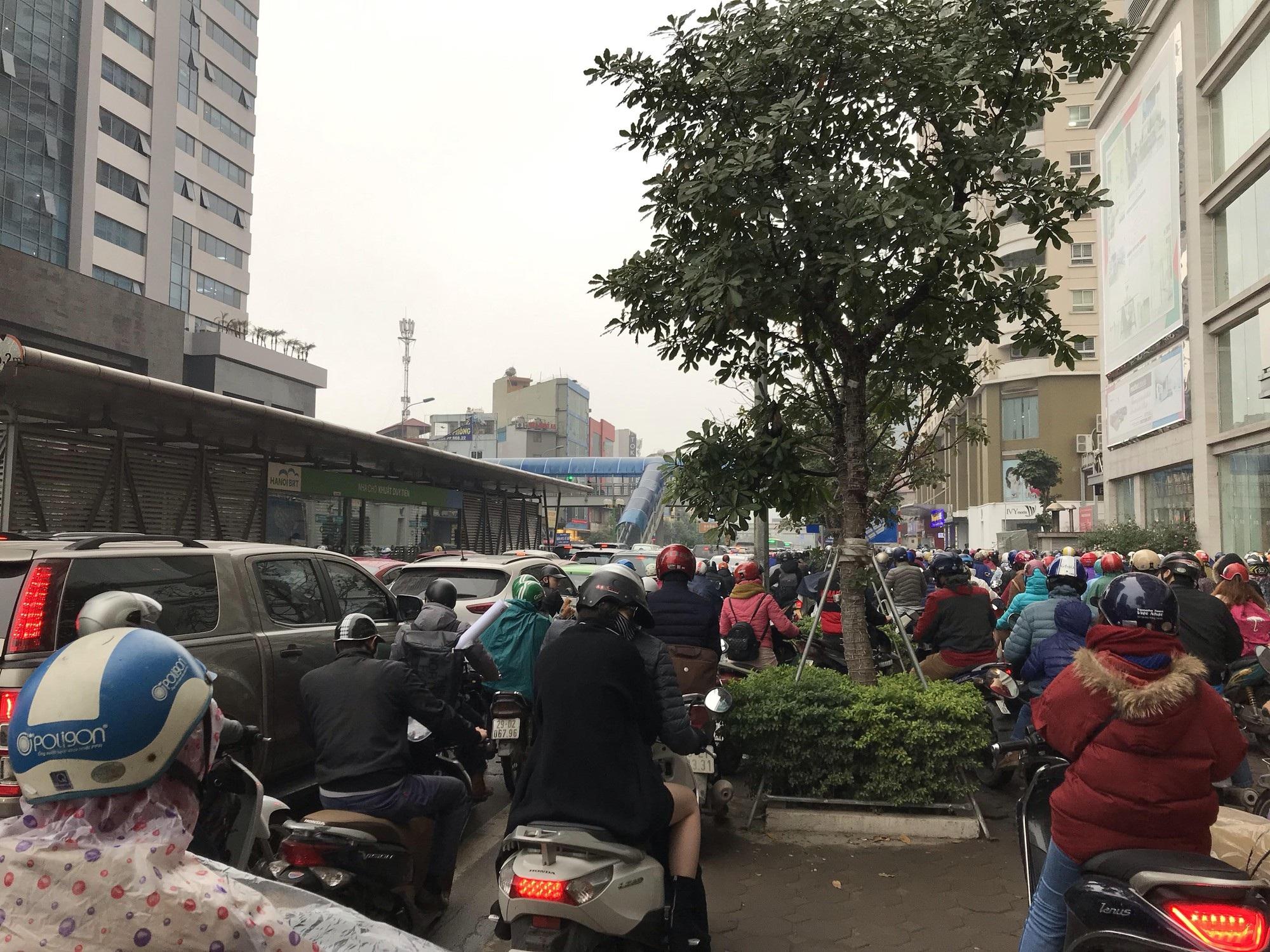 Giao thông phía Tây Nam Hà Nội tê liệt trong cơn mưa phùn - Ảnh 2.
