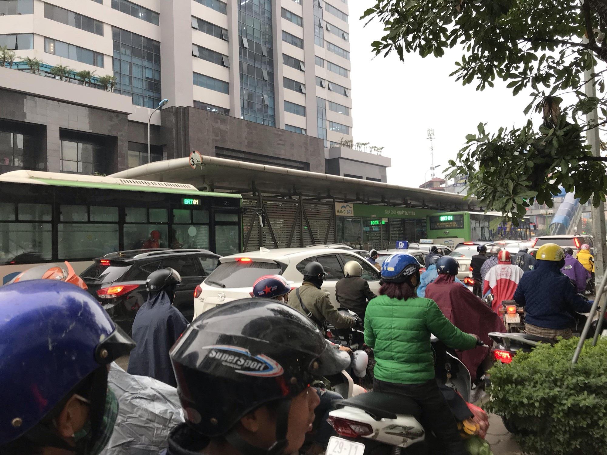 Giao thông phía Tây Nam Hà Nội tê liệt trong cơn mưa phùn - Ảnh 5.