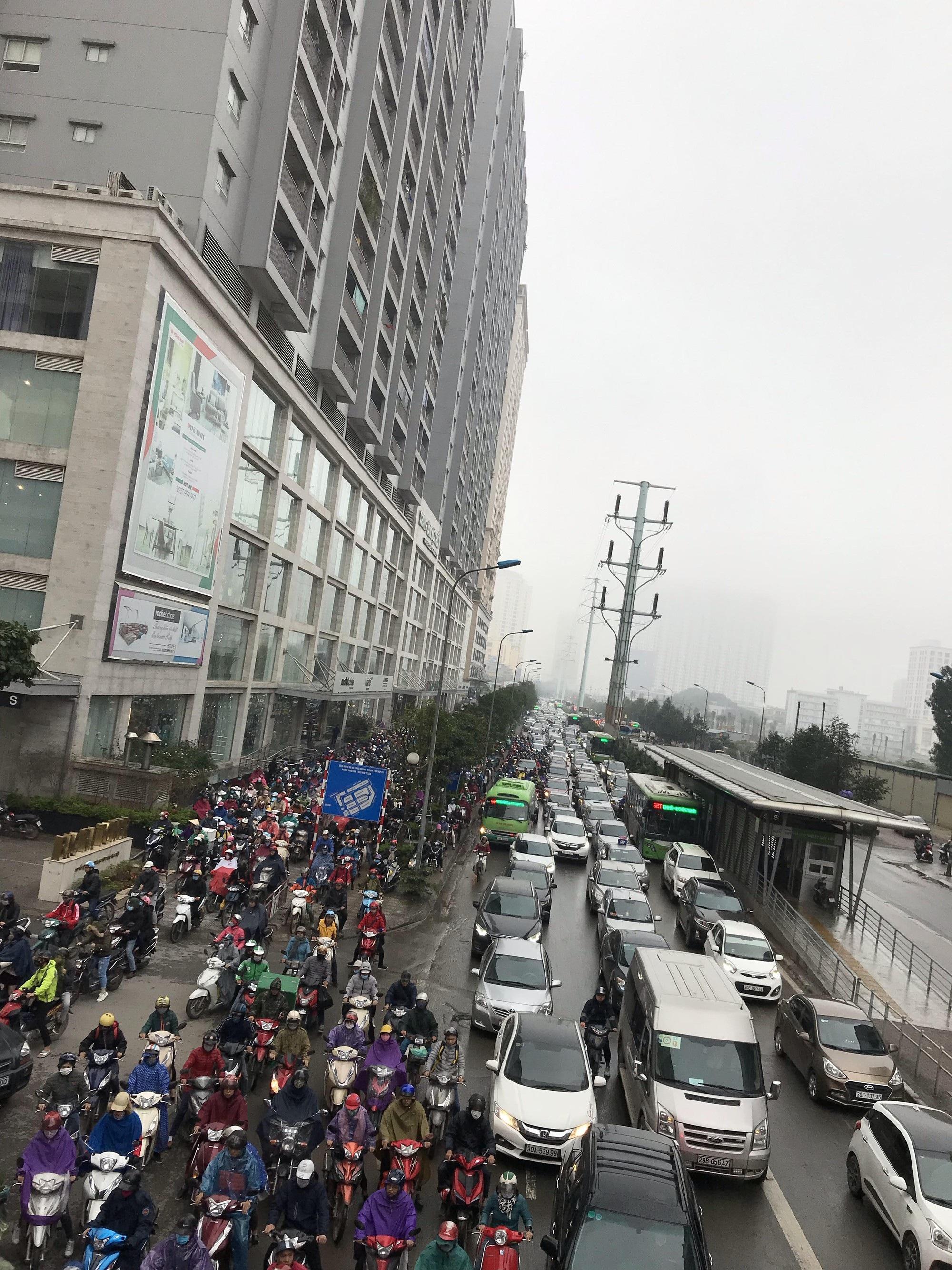 Giao thông phía Tây Nam Hà Nội tê liệt trong cơn mưa phùn - Ảnh 6.