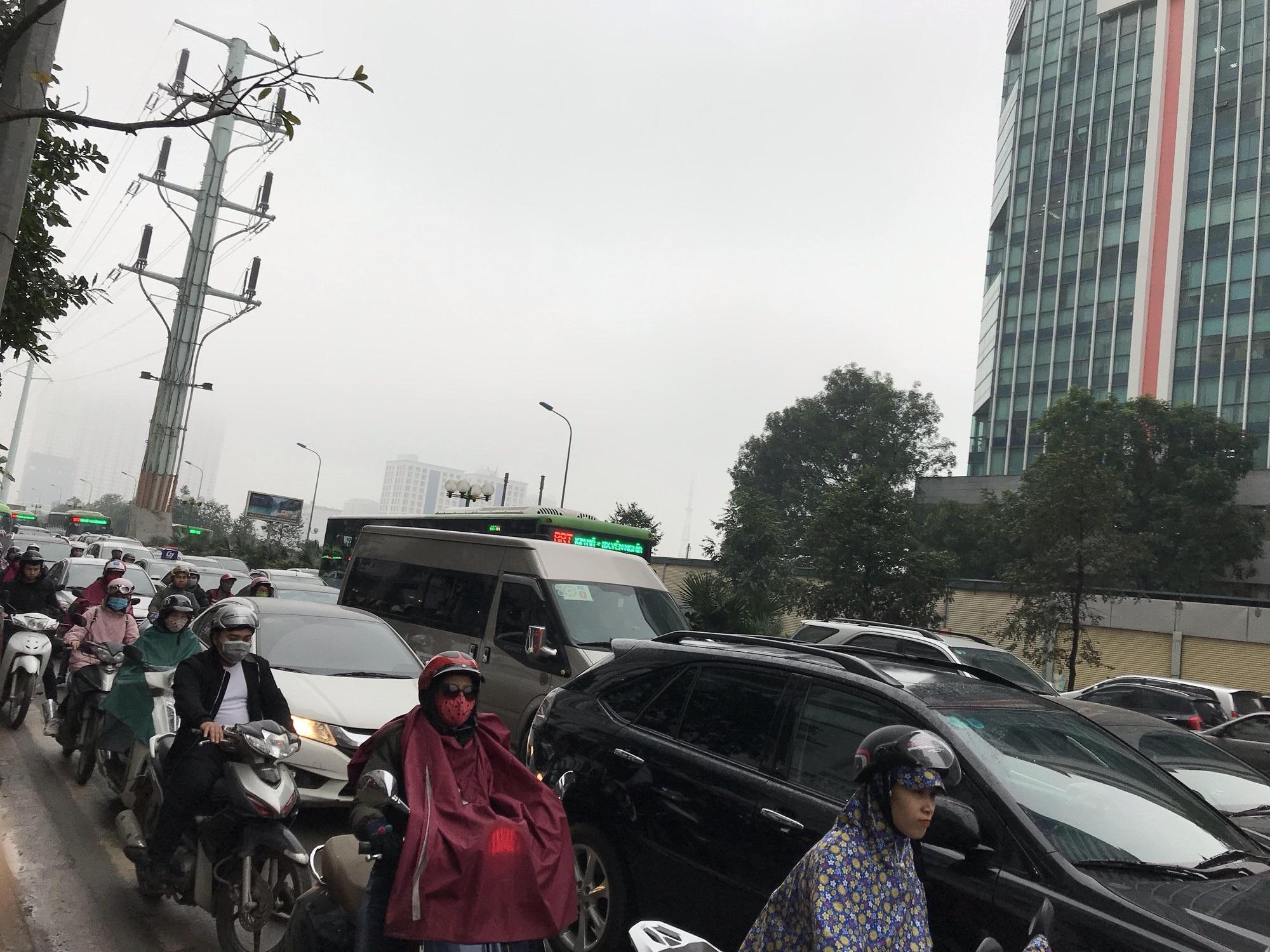 Giao thông phía Tây Nam Hà Nội tê liệt trong cơn mưa phùn - Ảnh 7.