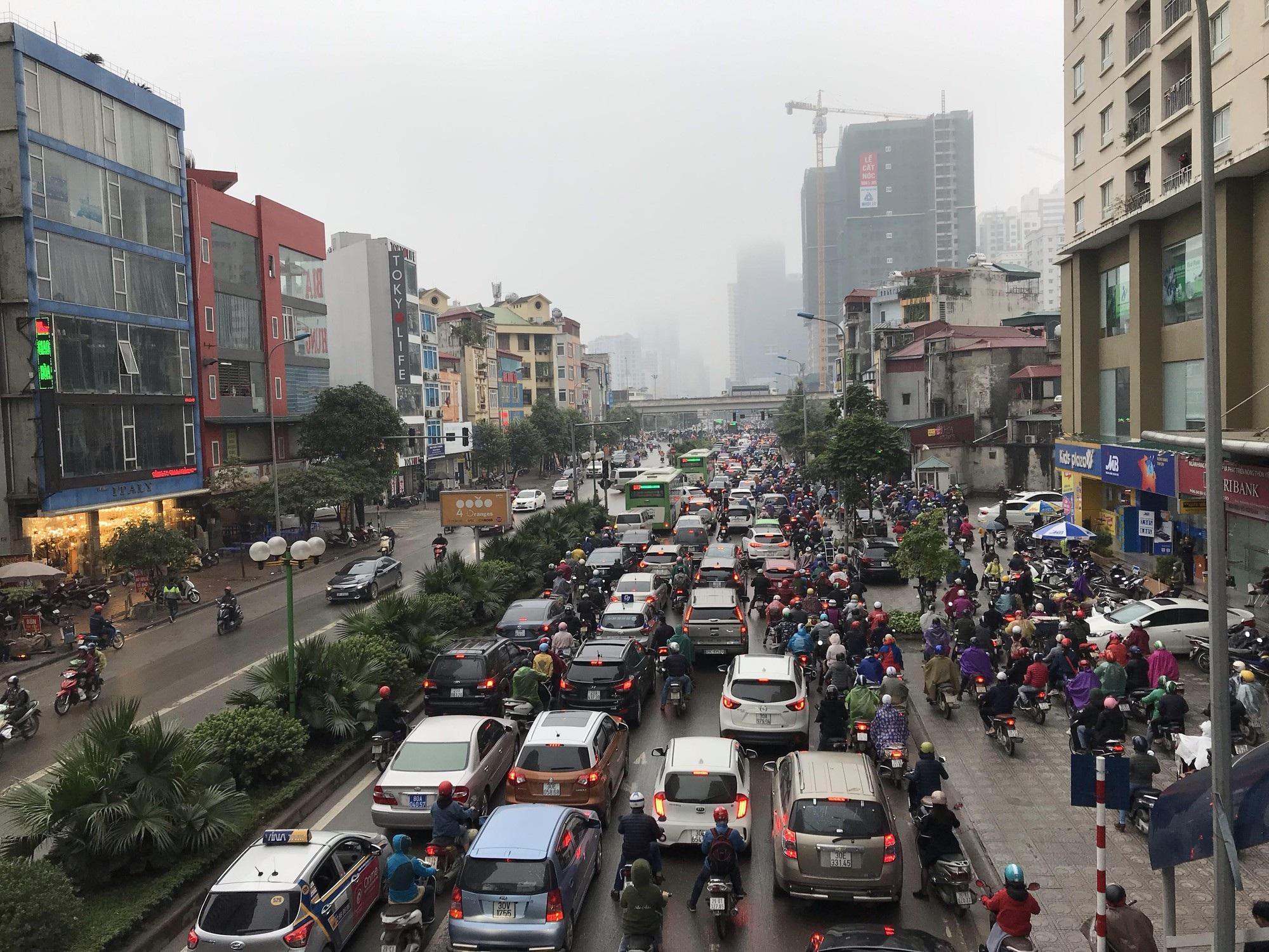 Giao thông phía Tây Nam Hà Nội tê liệt trong cơn mưa phùn - Ảnh 8.