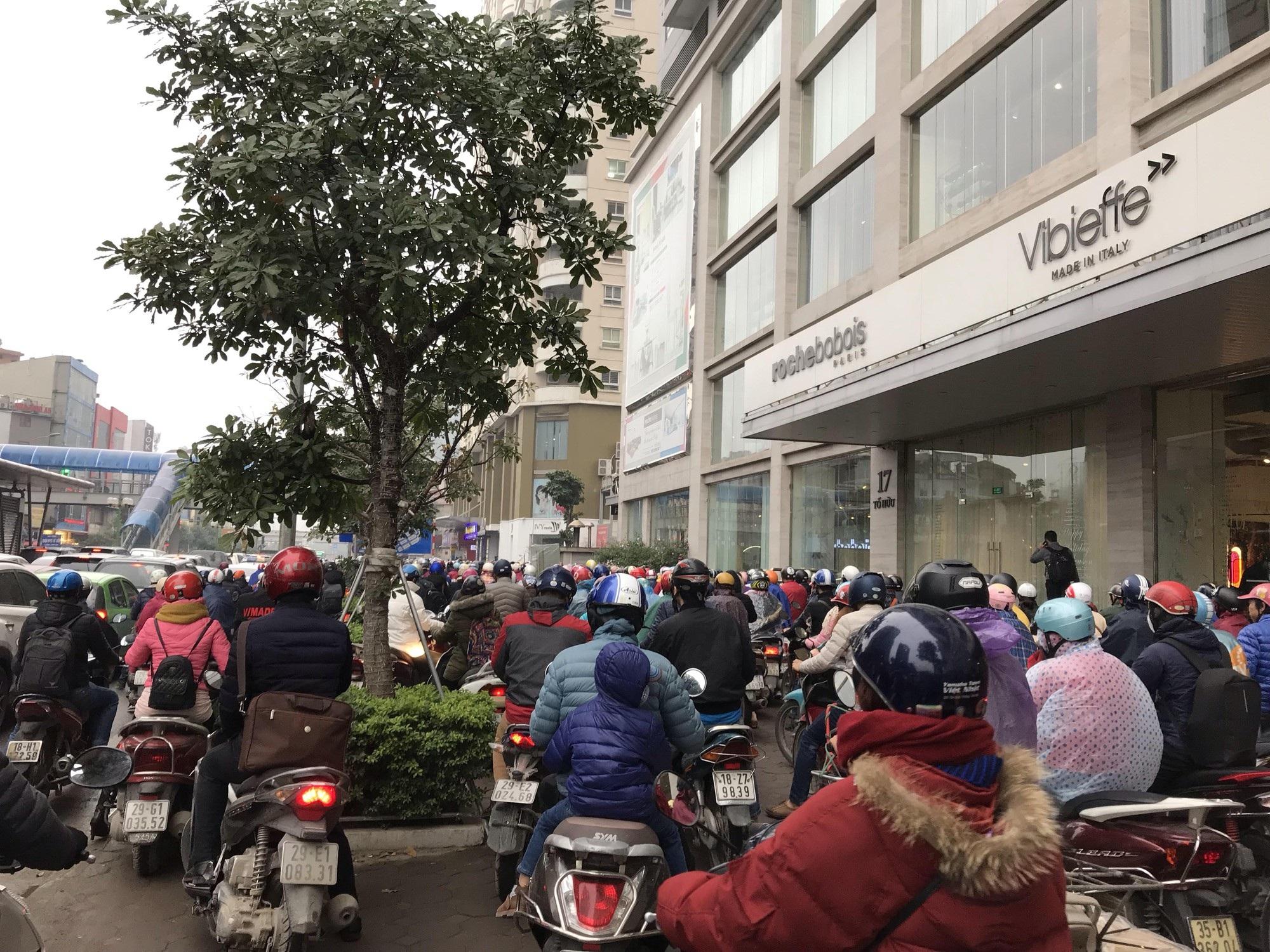 Giao thông phía Tây Nam Hà Nội tê liệt trong cơn mưa phùn - Ảnh 9.
