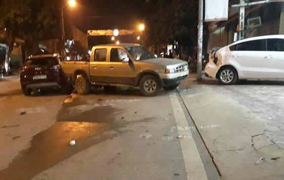 Cán bộ CSGT lái xe ô tô gây tai nạn liên hoàn - Ảnh 1.