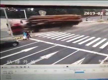 Tránh người sang đường bất cẩn, xe tải gặp tai nạn kinh hoàng - Ảnh 1.
