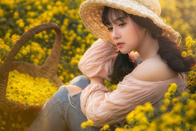 Nàng thơ tuổi teen khoe sắc giữa vườn hoa cúc vàng - Ảnh 2.