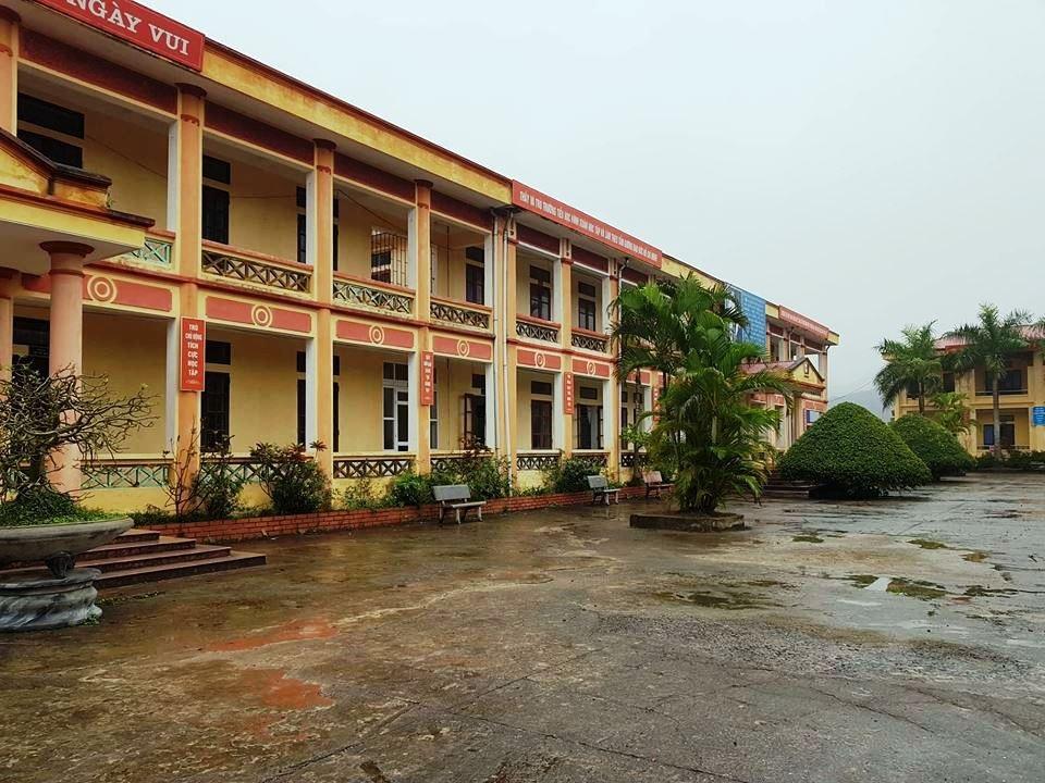 Ninh Bình: 12 học sinh tiểu học bị chó cắn trong sân trường - Ảnh 2.