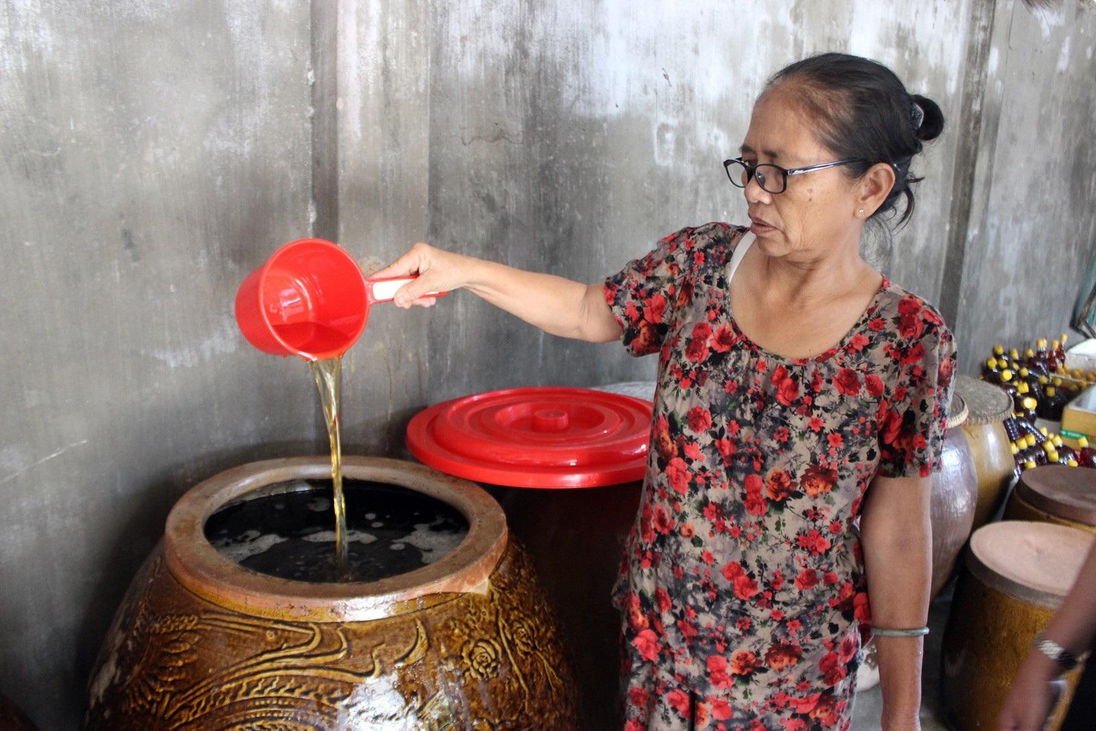 Giáp Tết: Làng nghề nước mắm Phú Yên nhộn nhịp vào vụ - Ảnh 2.