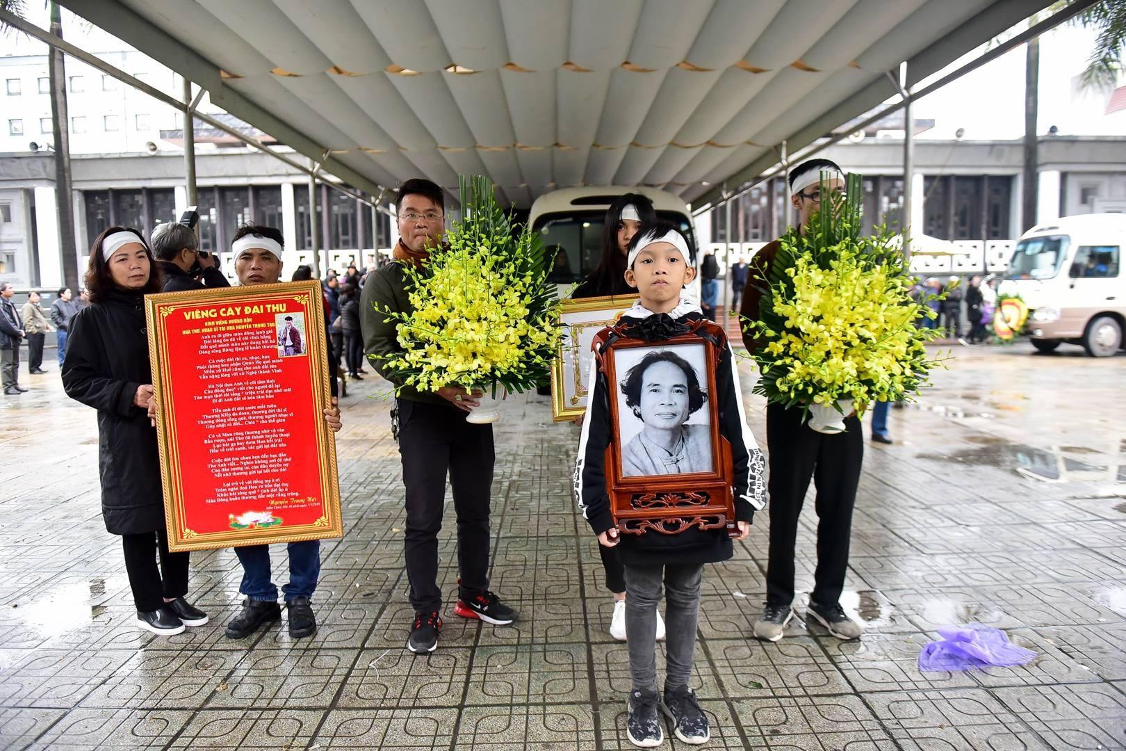 Đông đảo bạn bè, văn nghệ sĩ đến tiễn đưa nhà thơ- nhạc sĩ Nguyễn Trọng Tạo - Ảnh 24.