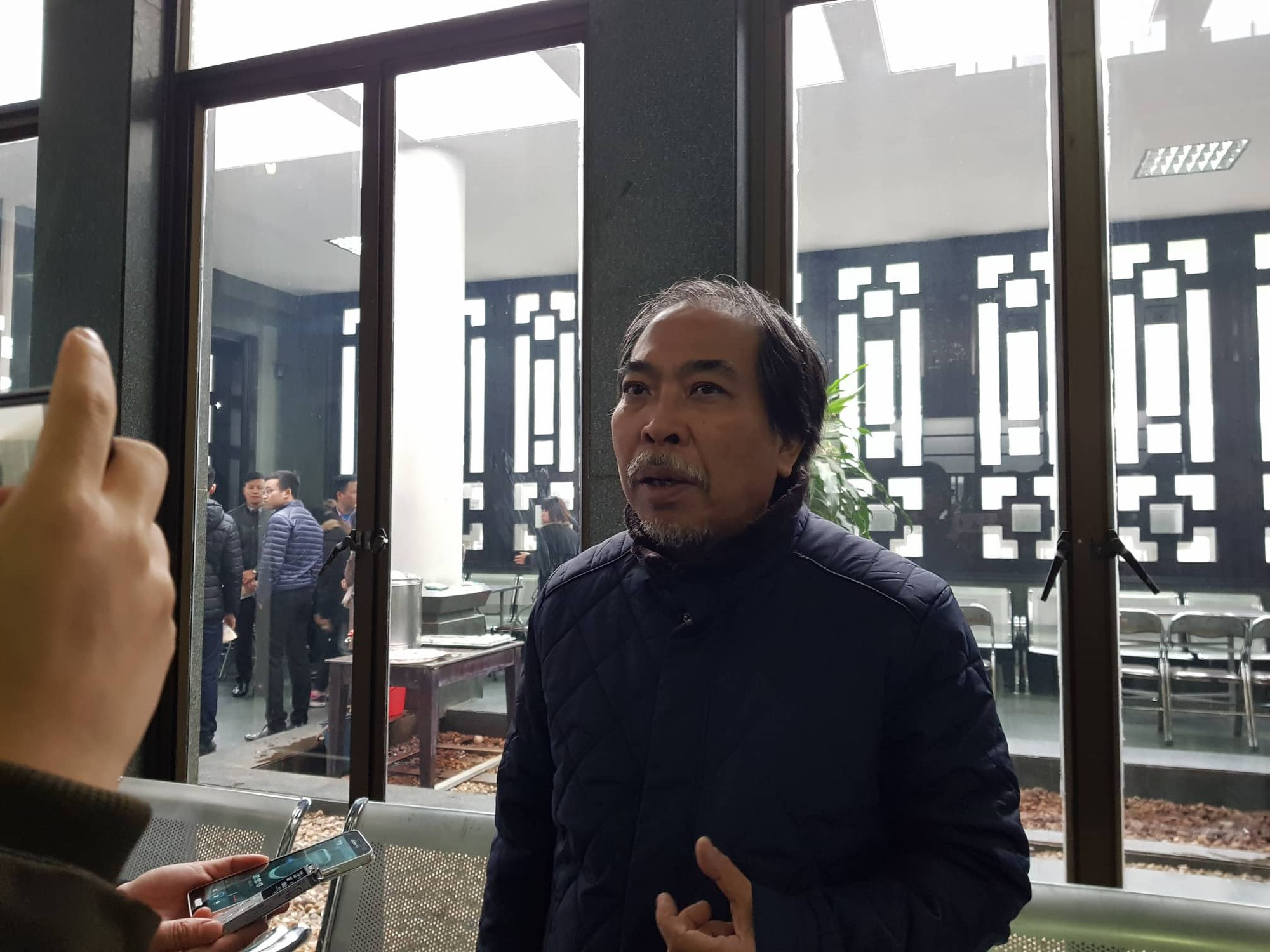 Con gái nhà thơ - nhạc sĩ Nguyễn Trọng Tạo khóc nghẹn bên linh cữu cha - Ảnh 3.