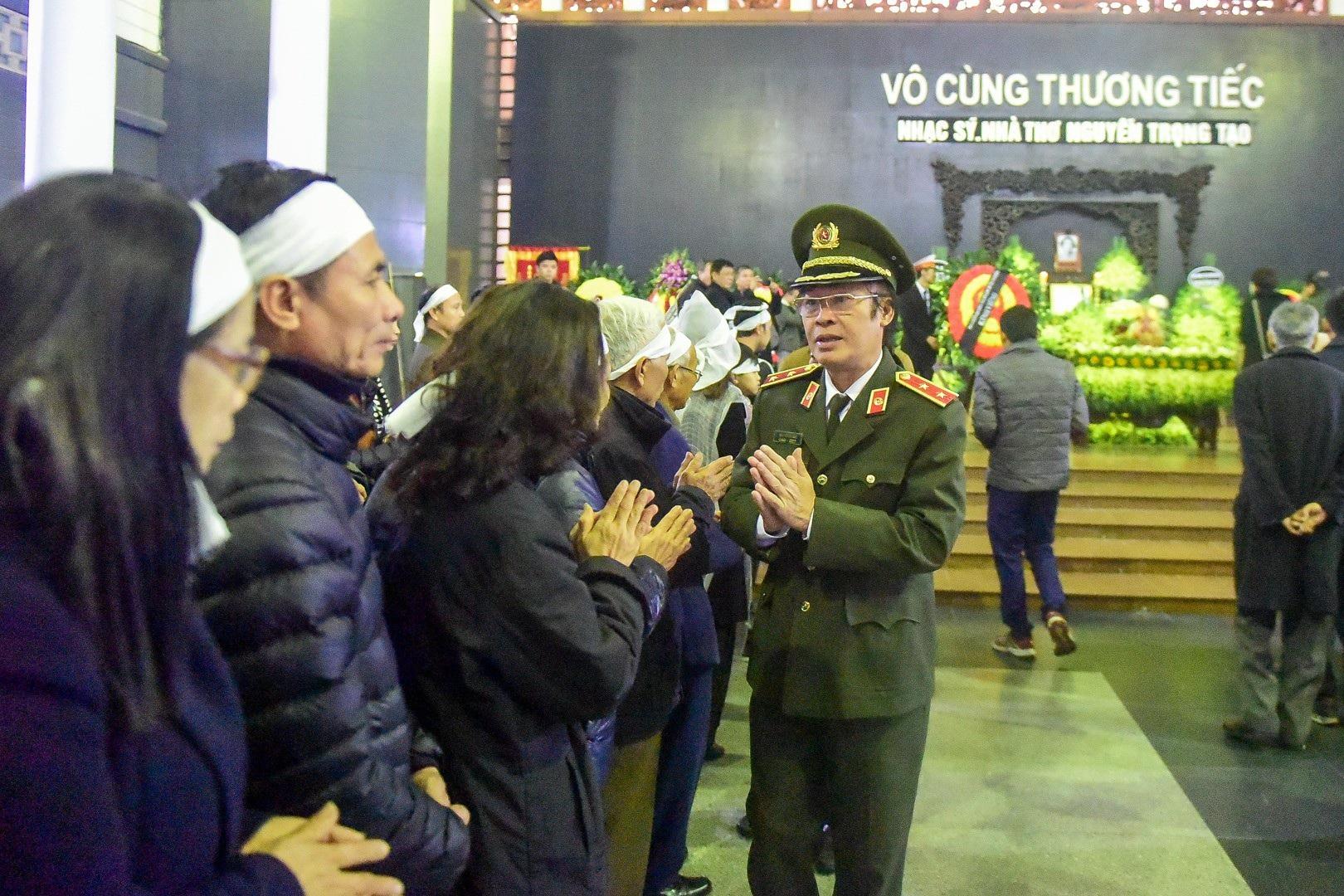 Đông đảo bạn bè, văn nghệ sĩ đến tiễn đưa nhà thơ- nhạc sĩ Nguyễn Trọng Tạo - Ảnh 10.