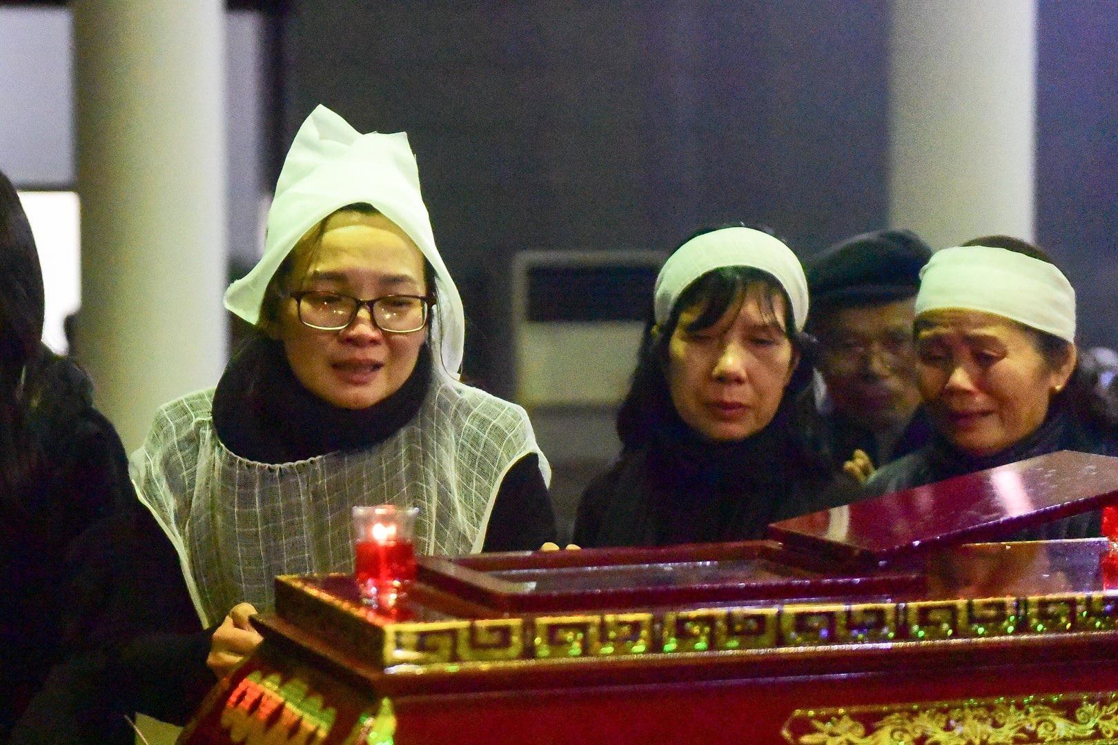 Con gái nhà thơ - nhạc sĩ Nguyễn Trọng Tạo khóc nghẹn bên linh cữu cha - Ảnh 1.
