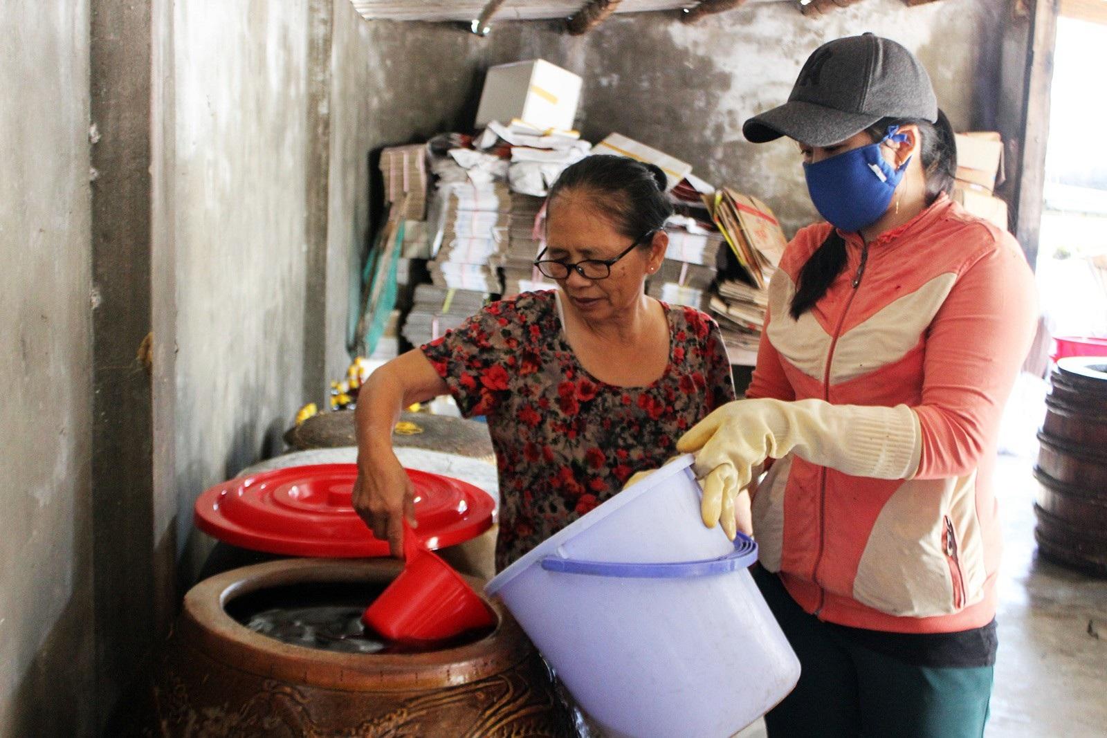 Giáp Tết: Làng nghề nước mắm Phú Yên nhộn nhịp vào vụ - Ảnh 3.